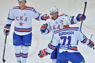 Роман Червенка, Тони Мортенссон и Антон Бурдасов (слева направо) празднуют первую шайбу СКА в матче