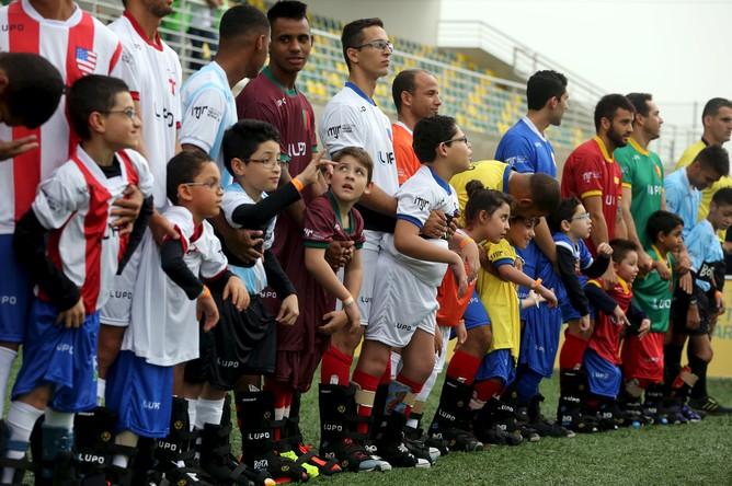 Проектно-конструкторский институт Неймара в бразильском Прайя-Гранде организовал футбольный праздник для детей с ограниченными возможностями. Нападающий «Барселоны» лично принял участие в открытии мероприятия