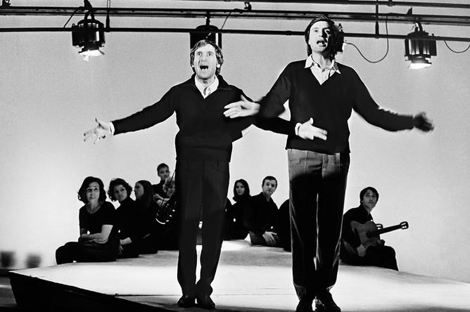 Артисты Владимир Высоцкий и Вениамин Смехов в сцене из спектакля «Антимиры». Москва, 1965 год