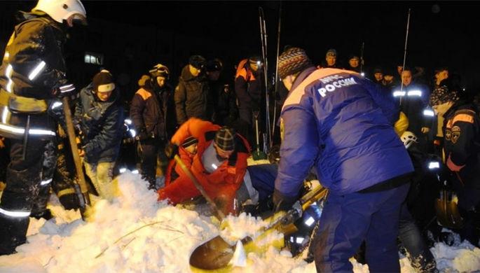 Спасатели ищут людей после схода лавины на Кировск