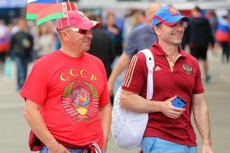 Российских болельщиков заставили снять одежду с символикой СССР