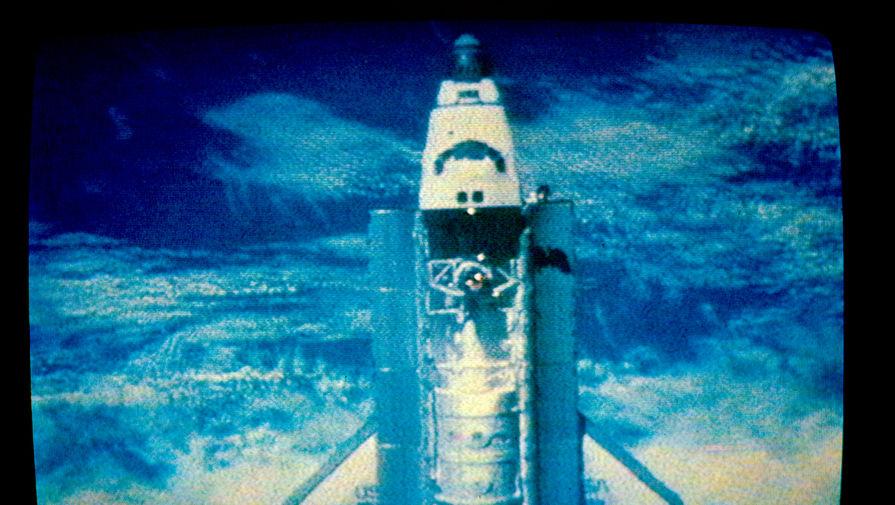 Стыковка российской орбитальной станции «Мир» с американским космическим кораблем «Атлантис». Съемка со станции «Мир», 1995 год