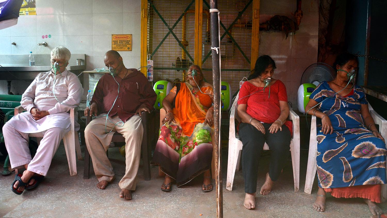 Пациенты молельного дома сикхов в Дели получают кислород