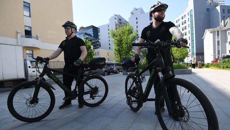 Велопатруль Центра организации дорожного движения (ЦОДД) на одной из улиц Москвы