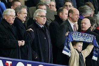 Президент «Эвертона» Билл Кенрайт (в центре) не устраивает болельщиков команды