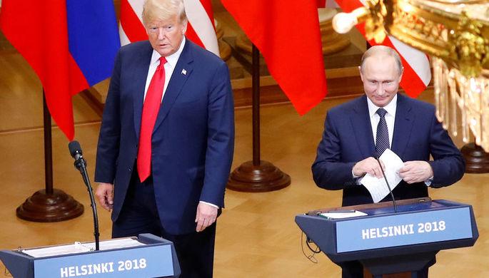 Президент США Дональд Трамп и президент России Владимир Путин во время пресс-конференции по итогам...