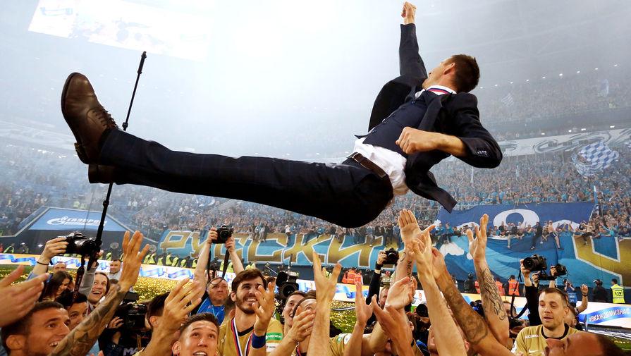 Игроки ФК «Зенит» качают главного тренера «Зенита» Сергея Семака, 12 мая 2019 года