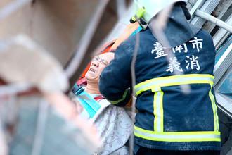 Спасательная операция на месте обрушения 17-этажного дома в городе Тайнань на юге Тайваня