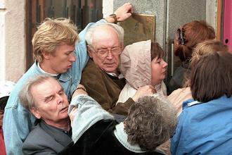Вкладчики банка «СБС-Агро» в очереди в один из филиалов финансовой организации, 27 августа 1998 года