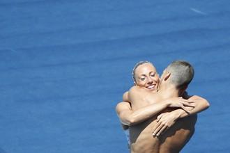 Российские синхронисты Михаэла Каланча и Александр Мальцев поздравляют друг друга с прекрасным выступлением в дуэте на чемпионате мира по водным видам спорта в Будапеште