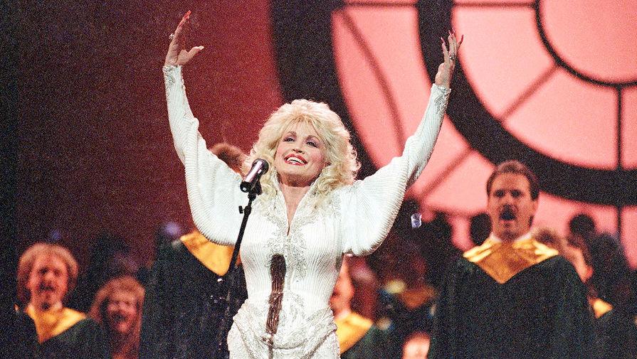 Долли Партон во время выступления на церемонии награждения Country Music Association Awards в Нашвилле, штат Теннесси, 1989 год