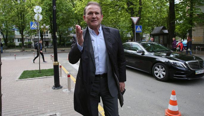 Глава политсовета партии «Оппозиционная платформа- За жизнь» Виктор Медведчук возле офиса генерального прокурора в Киеве, куда он приехал для дачи показаний, 12 мая 2021 года