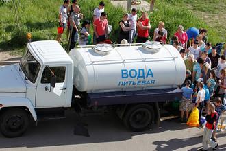 Жители стоят в очереди за водой после аварии на городском водопроводе в 2011 году