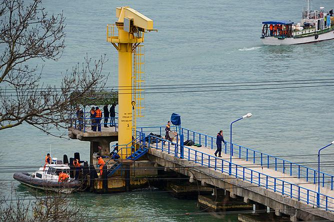 Сотрудники экстренных служб на побережье Черного моря около Сочи после крушения Ту-154, 25 декабря 2016 года