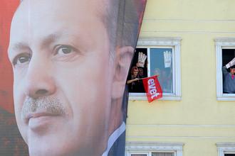 Портрет президента Тайипа Эрдогана на стене здания в Стамбуле перед референдумом в Турции, 15 апреля 2017 года