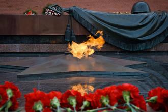 Мемориальный архитектурный ансамбль Могила Неизвестного Солдата. На надгробной плите установлена бронзовая композиция — солдатская каска и лавровая ветвь, лежащие на боевом знамени