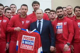 Владимир Путин с Ильей Ковальчуком и другими российскими олимпийцами