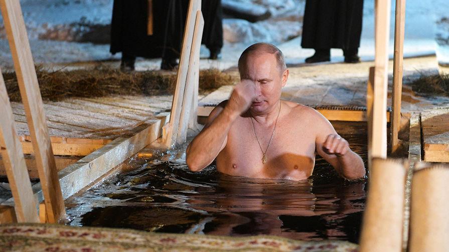 Президент России Владимир Путин окунается в иордани во время праздничного купания в православный праздник Крещения Господня в мужском монастыре Нило-Столобенской пустыни на озере Селигер, январь 2018 года