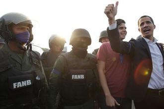 Лидер оппозиции Венесуэлы и самопровозглашенный президент Хуан Гуайдо с военнослужащими около авиабазы в Каракасе, 30 апреля 2019 года