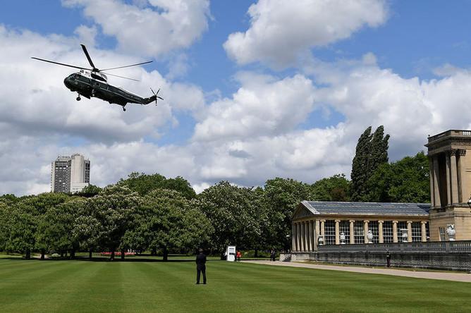 Вертолет президента США Дональда Трампа садится на поле перед Букингемским дворцом в Лондоне, 3 июня 2019 года