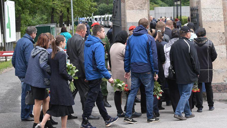 Тайные похороны подводников посетили сотни людей