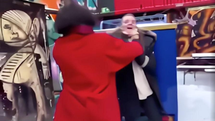 Звезда «Лиги справедливости» и «Фантастических тварей» Эзра Миллер напал на женщину в баре в Исландии (кадр из видео)
