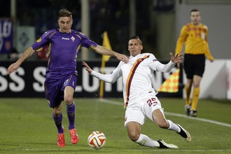 Хоакин и Хосе Холебас ведут борьбу за мяч