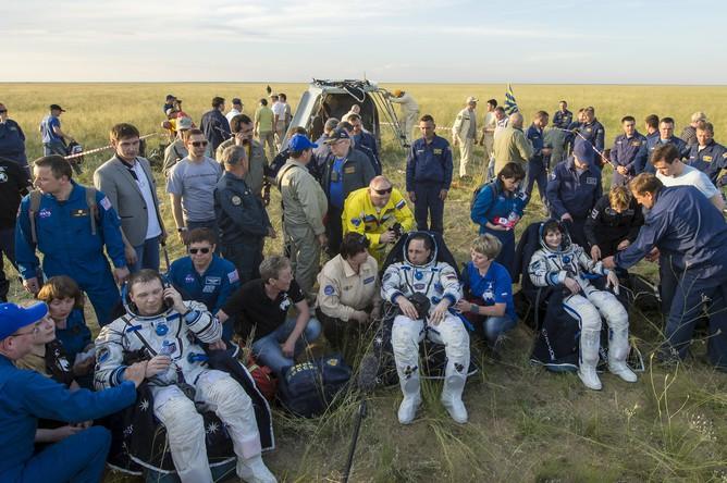 Астронавты основного экипажа 42/43-й экспедиции МКС Терри Вертс (США), Антон Шкаплеров (Россия) и Саманта Кристофоретти (Италия) (слева направо) после эвакуации поисково-спасательной группой экипажа экспедиции МКС из спускаемого аппарата корабля «Союз ТМА-15М» после его приземления в степях Казахстана