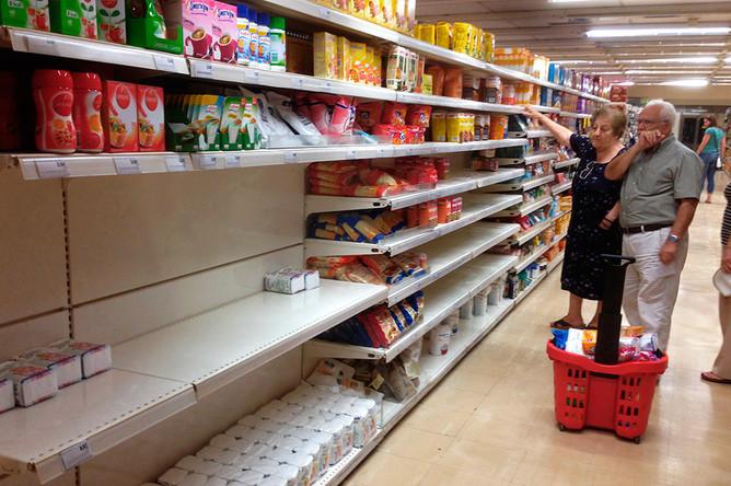Покупатели в магазине «Маринопулос» в Афинах