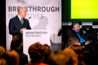 Юрий Мильнер и Стивен Хокинг на пресс-конференции Breakthrough Initiatives в Лондоне