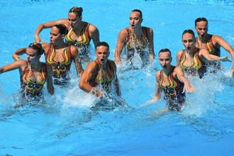 Сборная России по синхронному плаванию выступает с произвольной программой на чемпионате мира по водным видам спорта в Будапеште