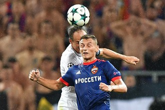 Нападающий ЦСКА Федор Чалов борется за мяч в матче раунда плей-офф Лиги чемпионов против швейцарского «Янг Бойз»