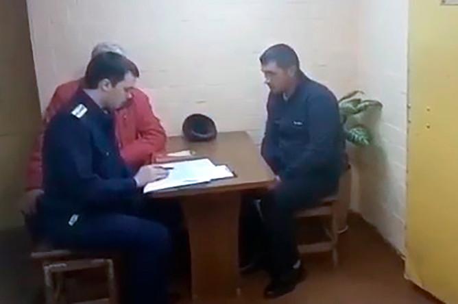 Подозреваемый в совершении поджога в двухэтажном жилом доме №13 на улице Ленинской во время допроса
