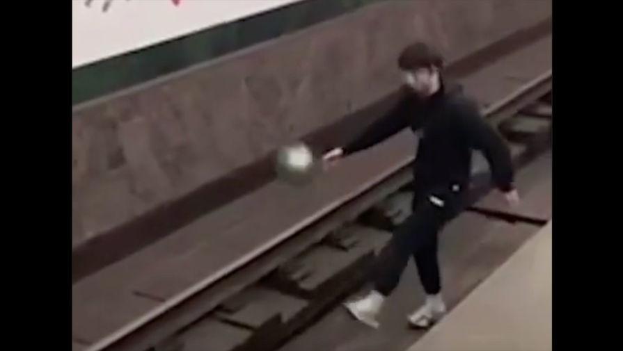 Мужчина играл в мяч на путях метро Петербурга