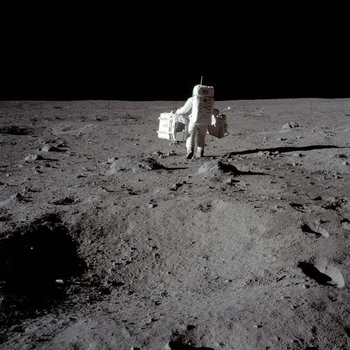 Астронавт Базз Олдрин c оборудованием для экспериментов на поверхности Луны, 20 июля 1969 года