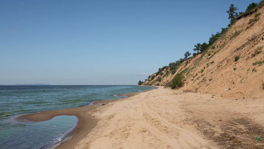 Пляж на Волге пустует в разгар буднего дня, но на выходных здесь все будет заполнено отдыхающими