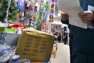 Сотрудник государственного пожарного надзора на вьетнамском рынке в Казани, декабрь 2016 года