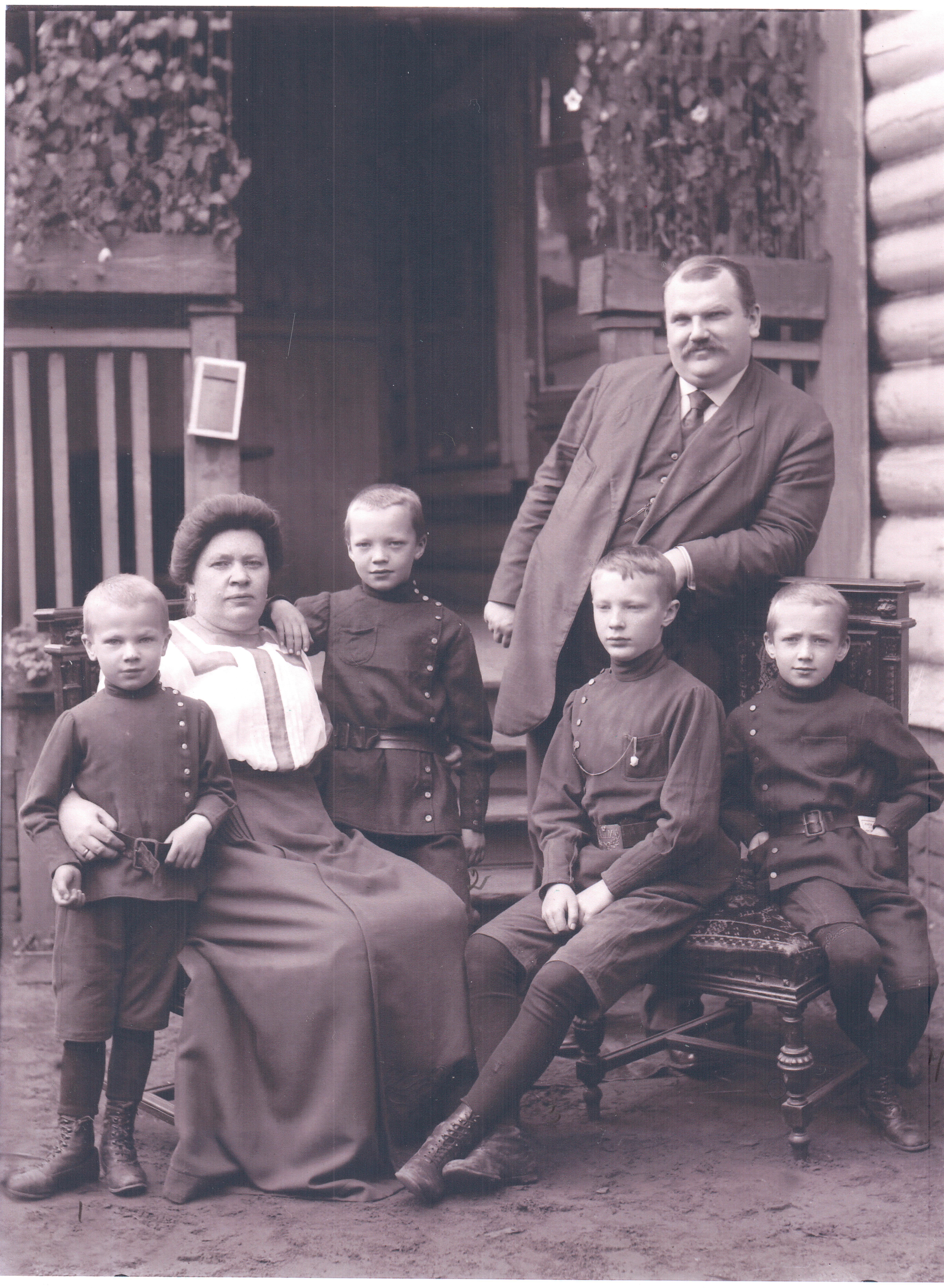 Семья М. С. Дубинина. Слева направо: Дмитрий, Елизавета Алексеевна (урожденная Полякова), Владимир, Михаил, Борис. Около 1912 года