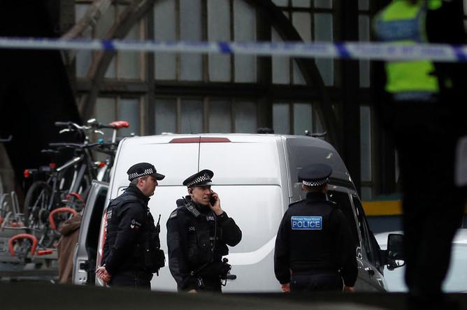 Полиция около станции Ватерлоо в Лондоне после обнаружения подозрительной посылки, 5 марта 2019 года