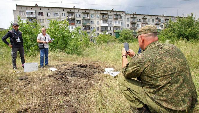 Представители СЦКК и ОБСЕ во время фиксации последствий артобстрела города Горловки Донецкой области Украины, 11 июля 2019 года