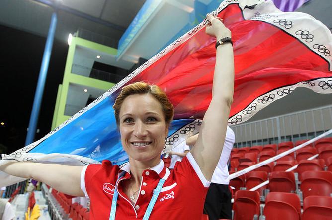 Трехкратная олимпийская чемпионка по синхронному плаванию Мария Киселева на трибуне бассейна на I Летних юношеских Олимпийских играх, 2010 год