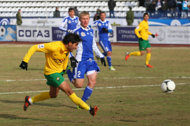 Хавбек «Кубани» Араз Озбилиз отправляет мяч в ворота «Волги»