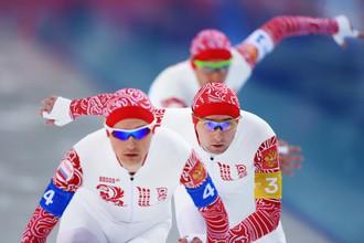 Спортсмены сборной России Александр Румянцев, Алексей Есин, Денис Юсков на дистанции в финале командной гонки преследования на соревнованиях по конькобежному спорту среди мужчин на