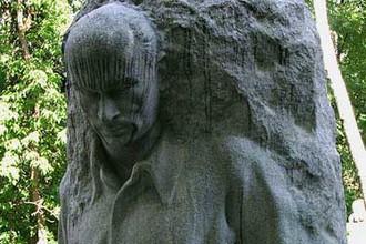 Памятник Максиму Пешкову на Новодевичьем кладбище