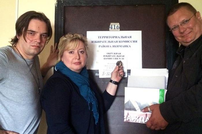 Ольга Романова (в центре) во время сбора подписей