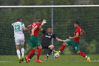 Возвращение на поле Дмитрия Тарасова (второй слева) стало главным событием матча