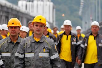 Рабочие идут на смену на нефтеперерабатывающий завод компании «Роснефть»