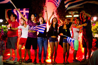 Греки празднуют результаты референдума на площади Синтагма в Афинах