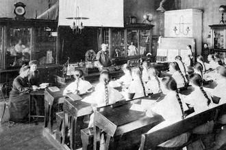 Смольный институт. Воспитанницы на уроке. 1889 г.