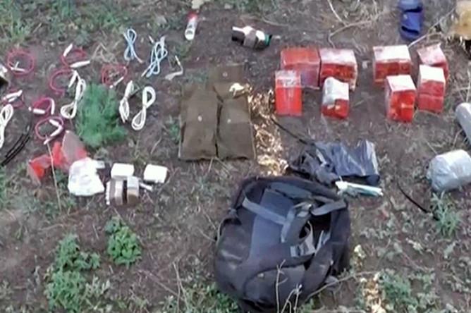 Тротиловые шашки, самодельные взрывные устройства, обнаруженные в ходе задержания украинских диверсантов сотрудниками ФСБ России в Крыму